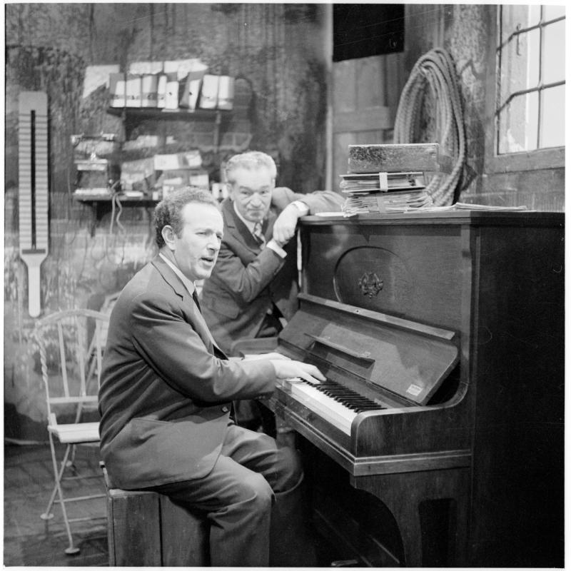 Bronner spielt Klavier, Peter Wehle steht daneben. Gerhard Bronner und Peter Wehle, Kabarettisten von Scheidl