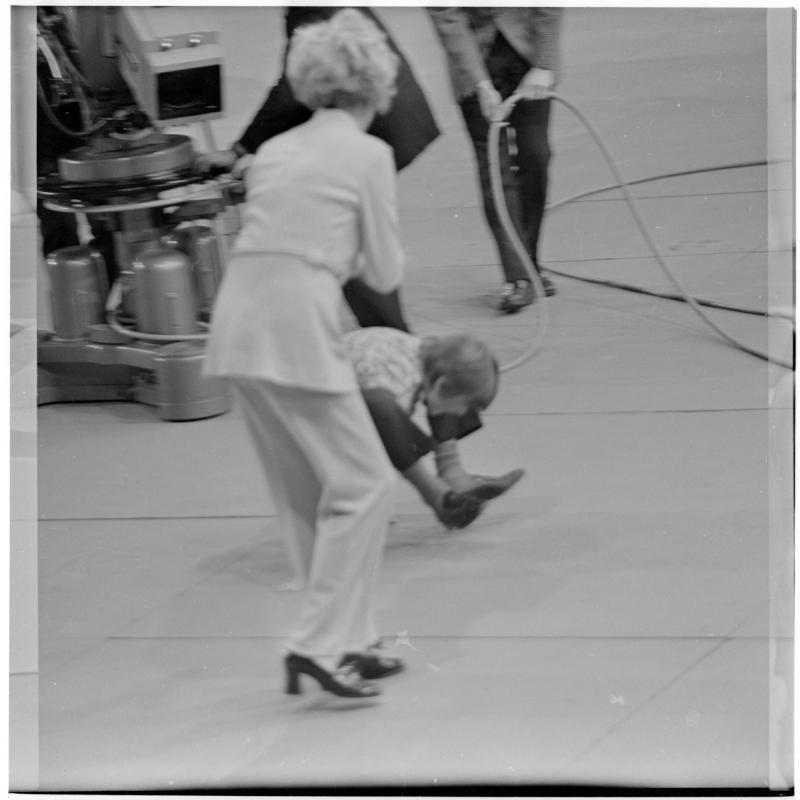 Kind geht auf Händen, die Beine über den Schultern, unscharf. ORF-Sendung, 'Wünsch Dir was' von Scheidl