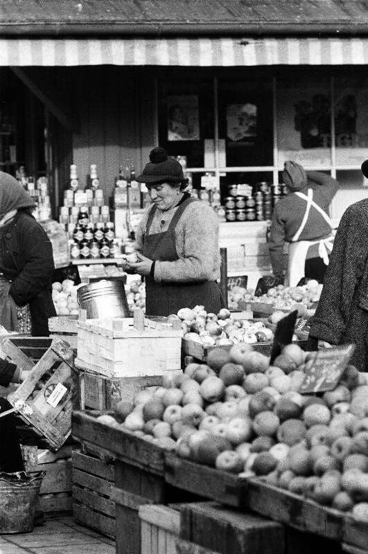 Marktfrau bei ihrem Stand von Heydecker, Joe J.