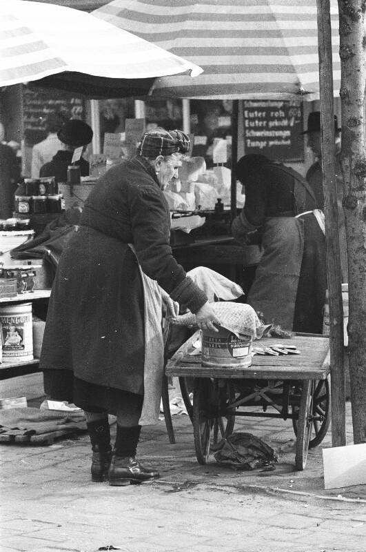 Am Viktualienmarkt in München. von Heydecker, Joe J.