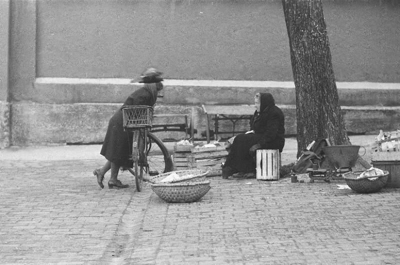 Szene am Rand des Marktreibens in München von Heydecker, Joe J.