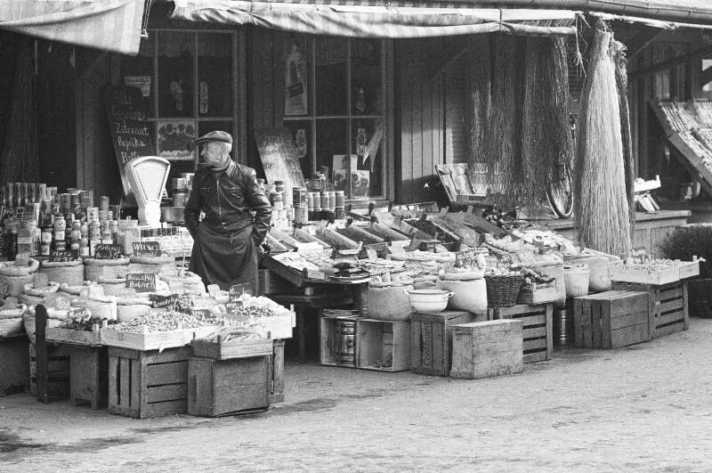 Am Viktualienmarkt in München von Heydecker, Joe J.