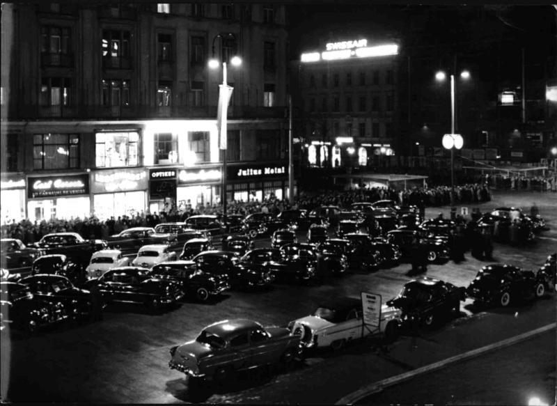 Parkplatz vor der Staatsoper von Cermak, Alfred