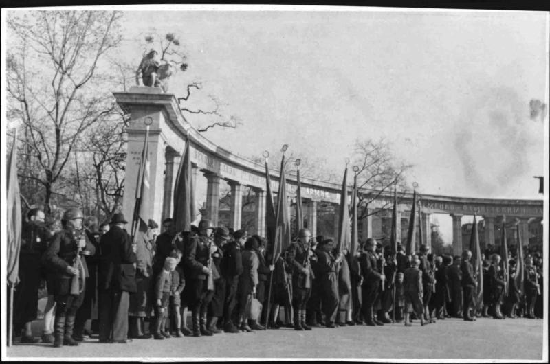 Befreiungsfeier auf dem Stalinplatz von Fibinger, Max