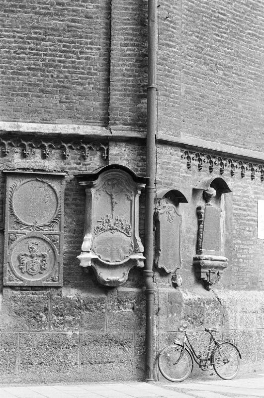 Grabsteine an der Peterskirche von Heydecker, Joe J.