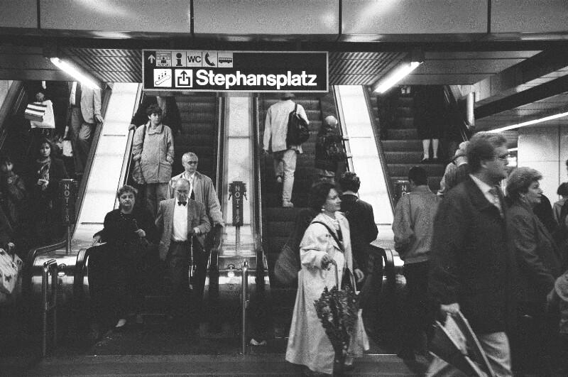 U-Bahn Fahrgäste unterwegs von Heydecker, Joe J.