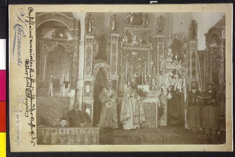 Armenischer Priester während der Heilige Messe - Altarfront und Bilderwand von Chrzanowski, J.