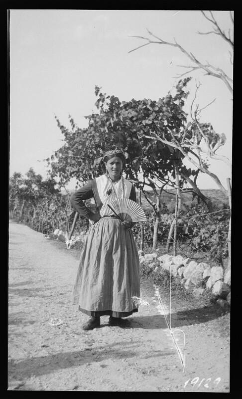 Bäuerin in Sonntagstracht in Trsteno