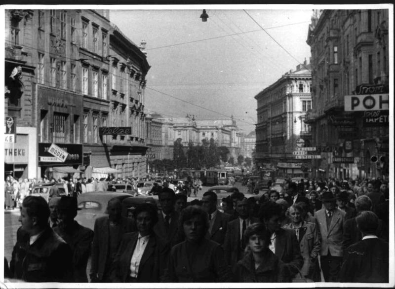 Zuschauer bei der Ersten Parade des Bundesheeres in der Mariahilferstraße von Hilscher, Albert