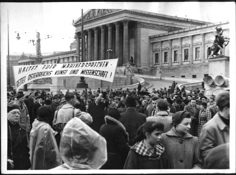Demonstration notleidender Künstler von Hilscher, Albert