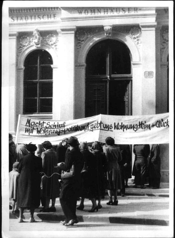 Demonstration von Wohnungssuchenden vor dem Wohnungsamt Bartensteingasse von Hilscher, Albert