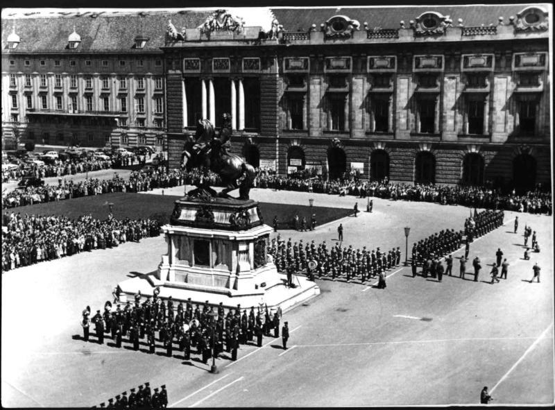 Letzte Parade der Alliierten auf dem Heldenplatz von Hilscher, Albert