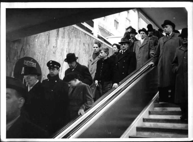 Die Rolltreppe in der Opernpassage von Hilscher, Albert