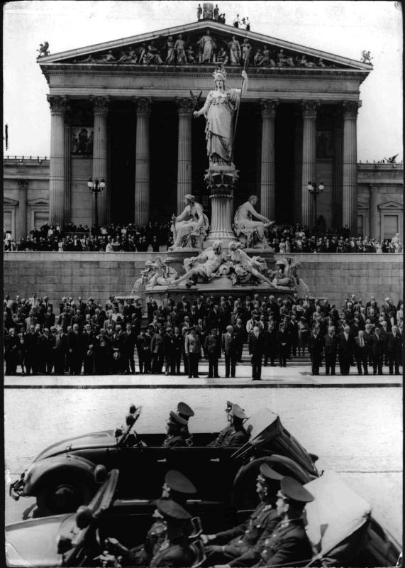 Parade der Polizei vor dem Parlament von Hilscher, Albert