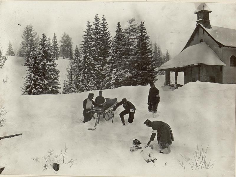 Gebirgs Sanitäts Schlitten, Der Schlitten bewährt sich im tiefsten Schnee vorzüglich. Aufgenommen am 3. Februar 1916 von K.u.k. Kriegspressequartier, Lichtbildstelle - Wien