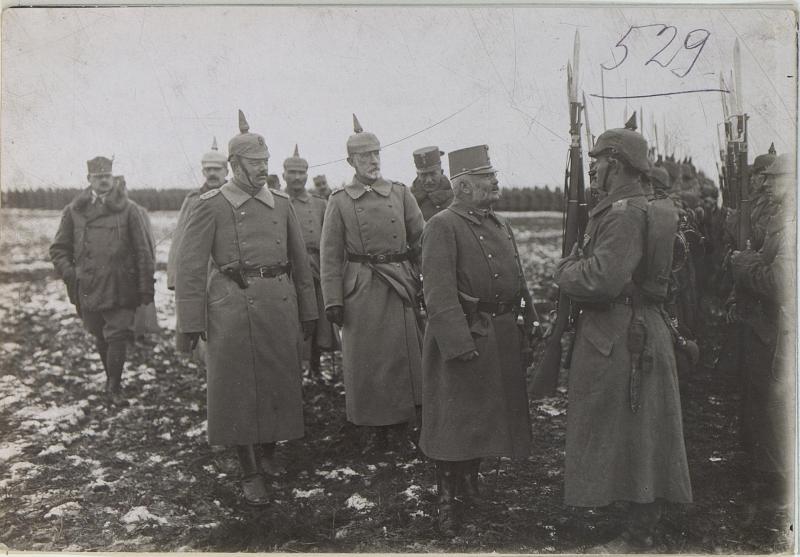Erzherzog Friedrich im Gespräch mit einem Soldaten des Grenadierregimentes 9 von K.u.k. Kriegspressequartier, Lichtbildstelle - Wien