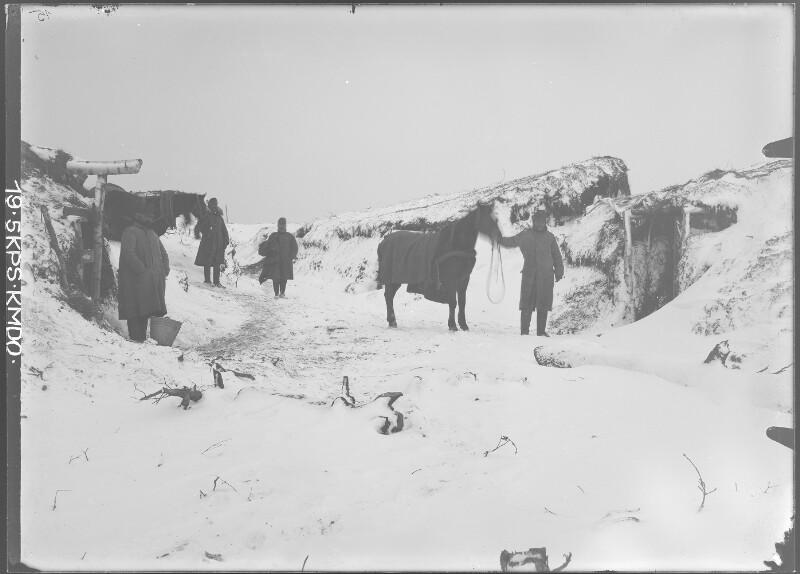 Winter Pferdestallungen im Winter im Felde bei Podkamien. Aufgenommen am 14. Jänner 1916. von K.u.k. Kriegspressequartier, Lichtbildstelle - Wien