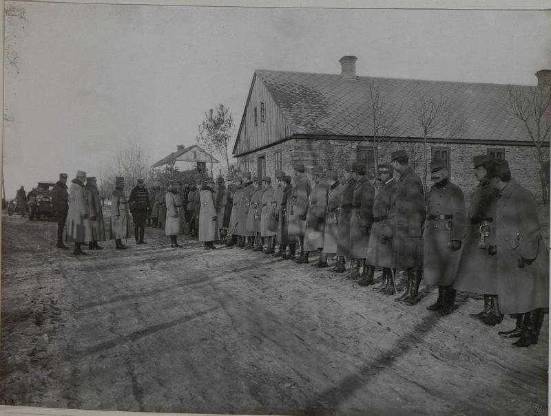 Erzherzog Karl im Gespräch mit Offizieren des 10. Korpskommandos in Kopcze, Februar 1916 von K.u.k. Kriegspressequartier, Lichtbildstelle - Wien
