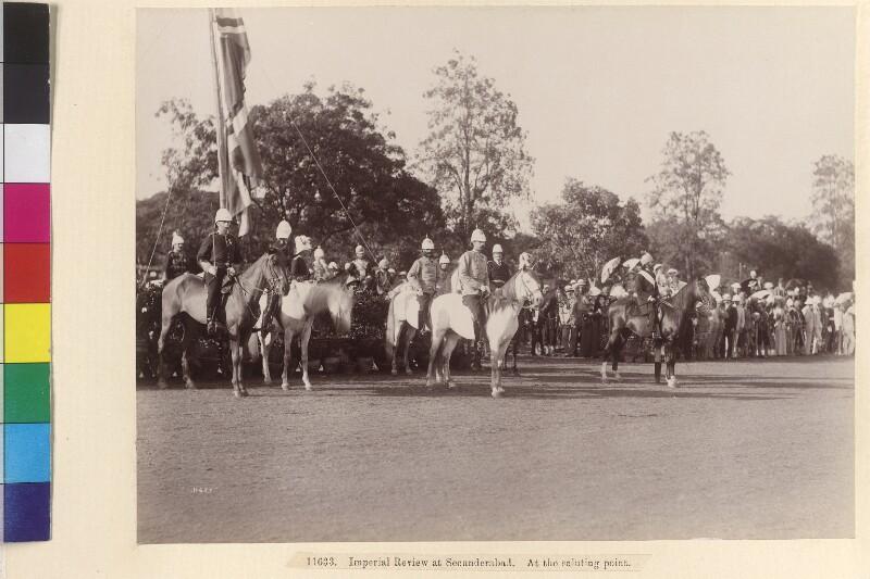 Truppenparade in Secunderabad vor Erzherzog Franz Ferdinand und dem Nizam von Hyderabad von Deen Dayal
