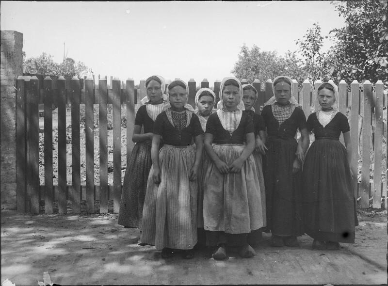 Holländische Mädchen in Tracht von Österreichische Lichtbildstelle