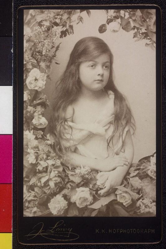 Kleines Mädchen im Blumenkranz von Löwy, Josef
