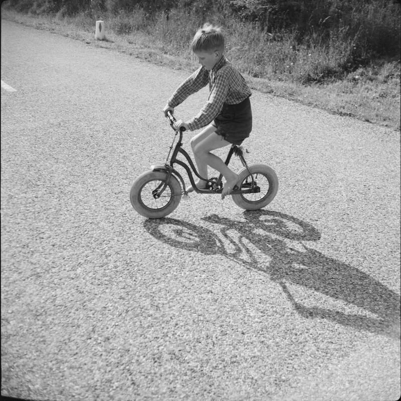 Kleiner Bub am Fahrrad von Grubauer, Franz