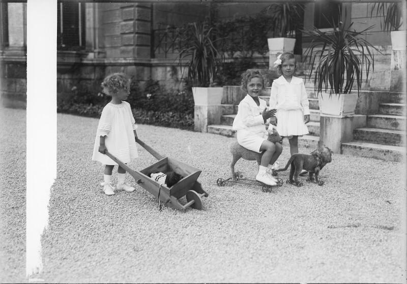 Erzherzogin Adelheid, Erzherzog Robert und Felix von Österreich beim Spielen  von Gebrüder Schuhmann
