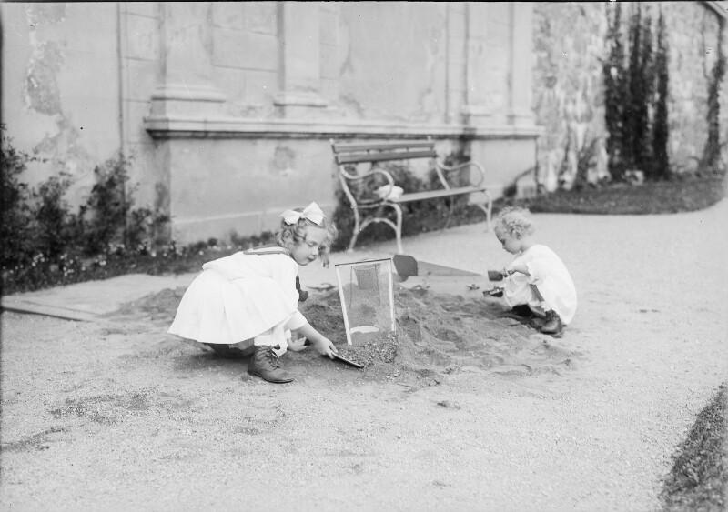 Erzherzogin Adelheid und Erzherzog Felix von Österreich beim Spielen von Gebrüder Schuhmann