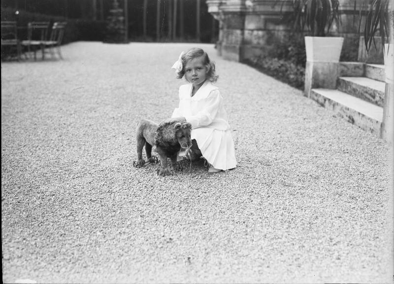 Erzherzogin Adelheid von Österreich beim Spielen  von Gebrüder Schuhmann