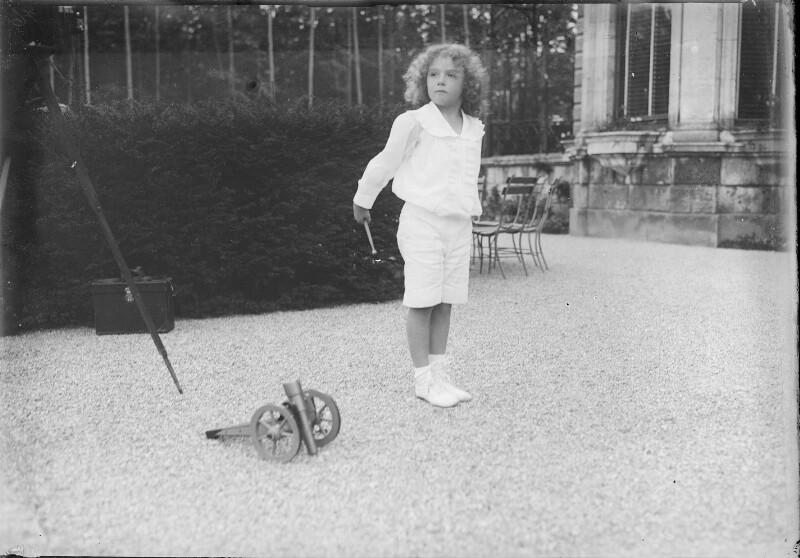 Kronprinz Otto von Österreich beim Spielen von Gebrüder Schuhmann