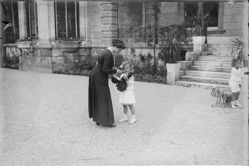Zita, Kaiserin von Östereich mit ihren Kindern Adele und Robert von Gebrüder Schuhmann