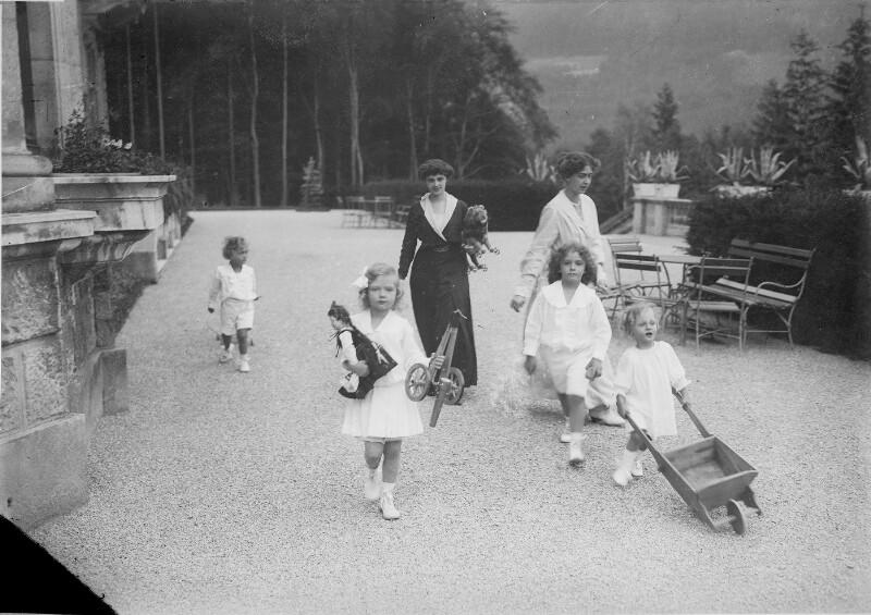 Zita, Kaiserin von Österreich mit ihren Kindern von Gebrüder Schuhmann