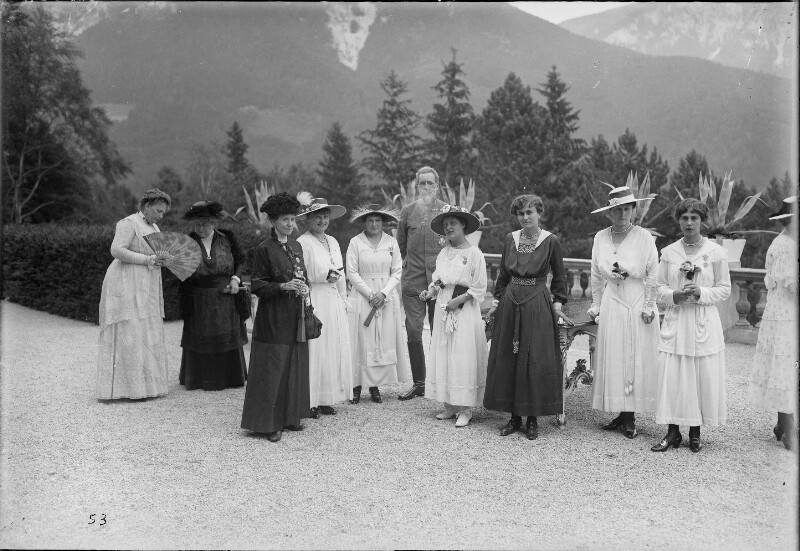 Promotion des Maria-Theresien-Ordens durch Kaiser Karl in der Villa Wartholz von Gebrüder Schuhmann