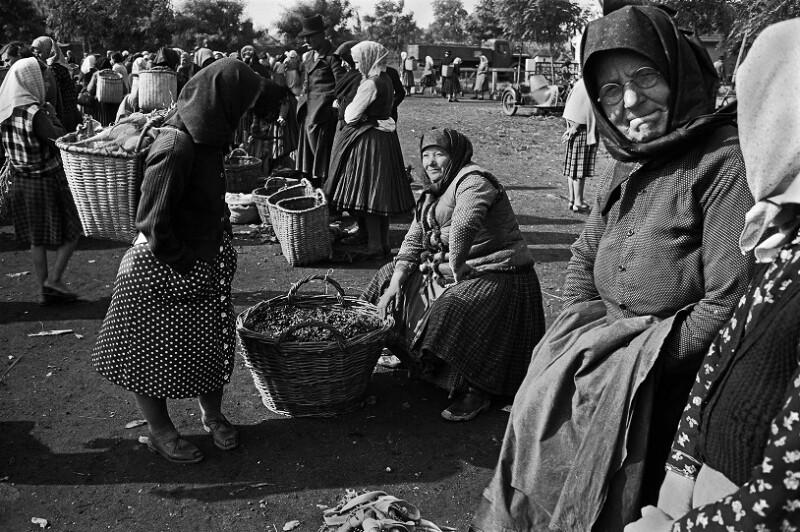Bauernfrau verkauft Kirschen und Gemüse  von Lessing, Erich