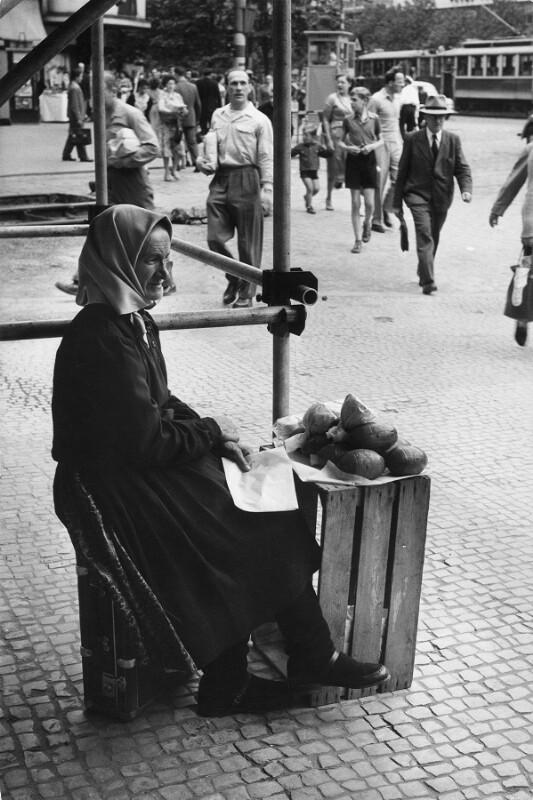 Slowakische Bauernfrau verkauft Käse auf einer Straße in Prag von Lessing, Erich
