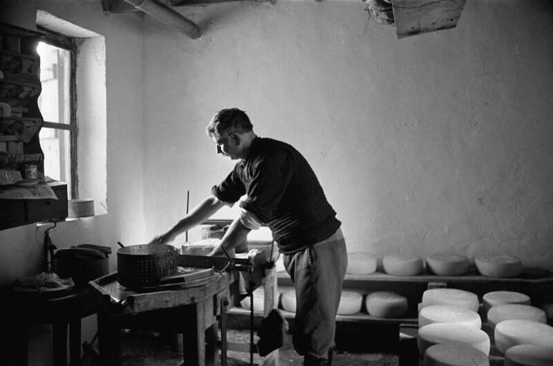 Herstellung von Ziegenkäse, Kreta, 1955 von Lessing, Erich