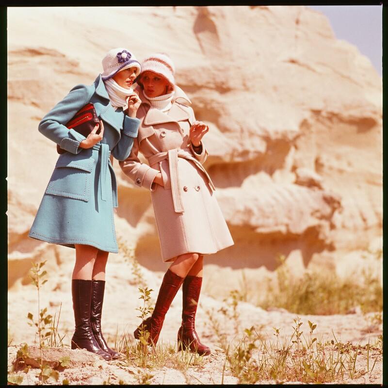 Mode: Zwei Frauen in Mänteln von Wenzel-Jelinek, Margret