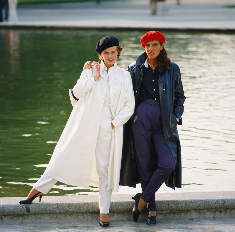 Mode: Zwei Frauen in leichten Mänteln von Wenzel-Jelinek, Margret