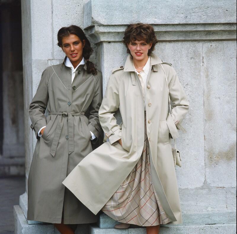 Mode: Zwei Frauen in grauen, leichten Mänteln von Wenzel-Jelinek, Margret