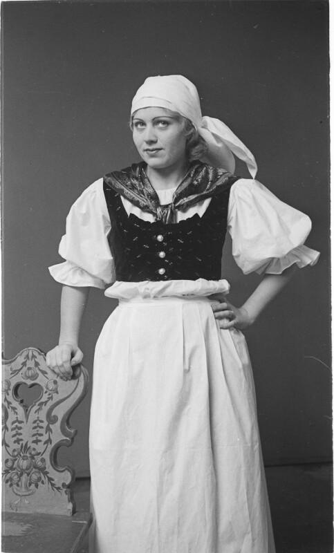 Mädchen in burgenländischer Tracht von Österreichische Lichtbildstelle