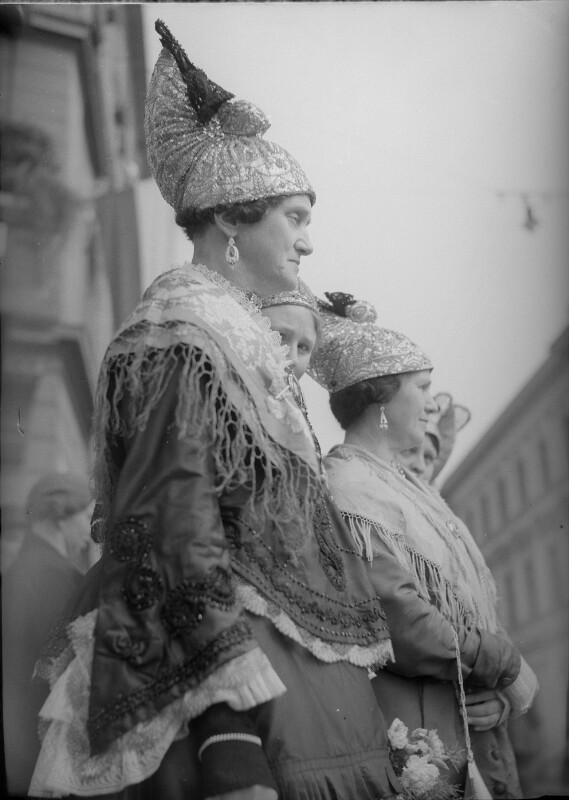 Wachauer Frauen in Tracht mit der Goldhaube von Österreichische Lichtbildstelle