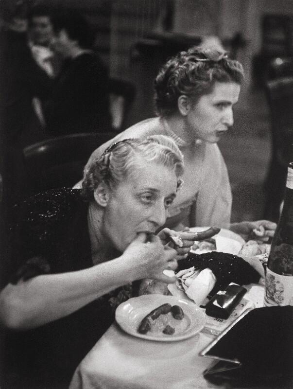 Hungrige Damen auf dem Jägerball von Lessing, Erich