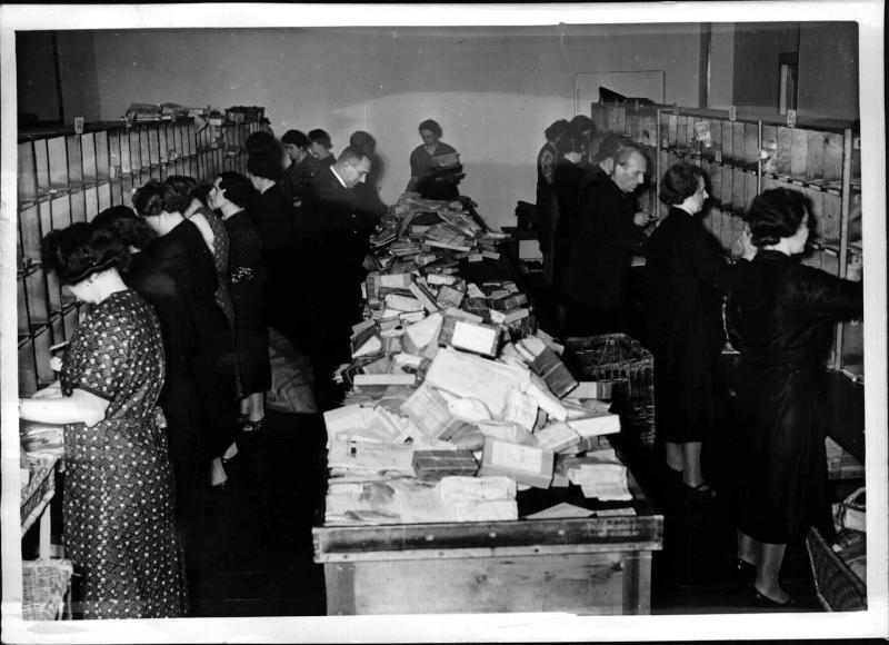 Täglich 1/2 Million Feldpostsendungen in der Sammelstelle Berlin von Weltbild