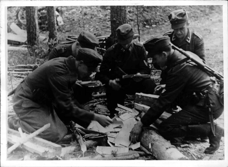 Soldaten bei der Durchsicht der angekommenen Feldpost von Weltbild
