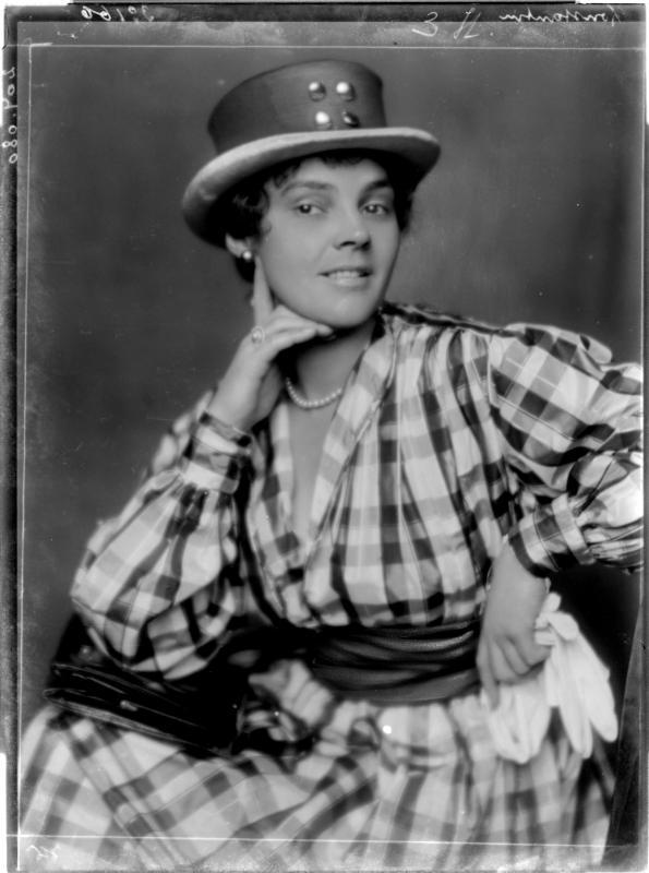 Leopoldine Konstantin mit Hut von Madame d'Ora, Atelier