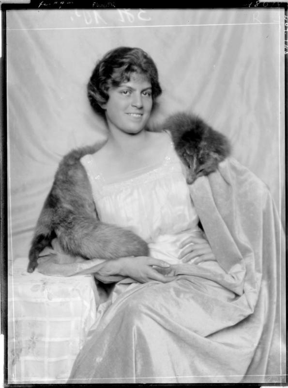Gräfin Fugger eine Fuchspelzstola tragend von Madame d'Ora, Atelier
