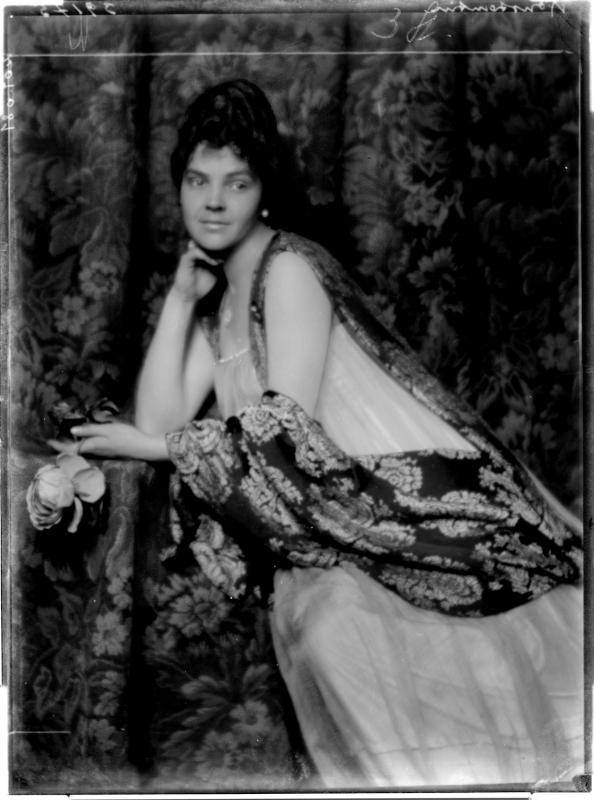 Leopoldone Konstantin mit Stola von Madame d'Ora, Atelier