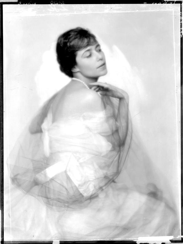 Daisy Maria Blindermann in Abendkleid von Madame d'Ora, Atelier