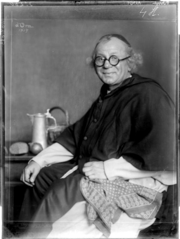 Ernst Arndt in Mönchskostüm von Madame d'Ora, Atelier