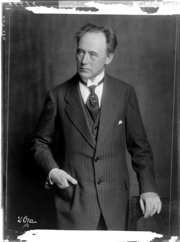 Felix Weingartner in einem Anzug von Madame d'Ora, Atelier
